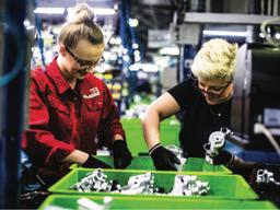 Работники на завод по производству автодеталей